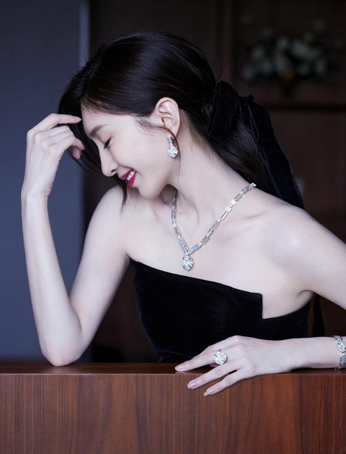 江疏影黑色抹胸开叉连衣裙性感优雅写真照片