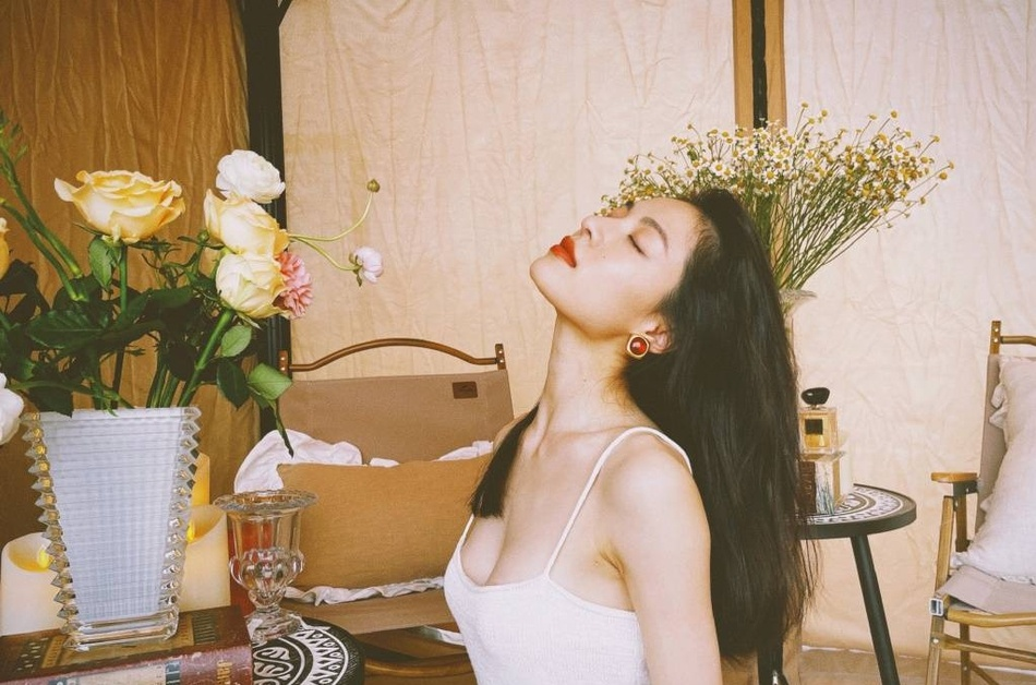 钟楚曦性感清新吊带白裙着身显火辣身材私房写真照片