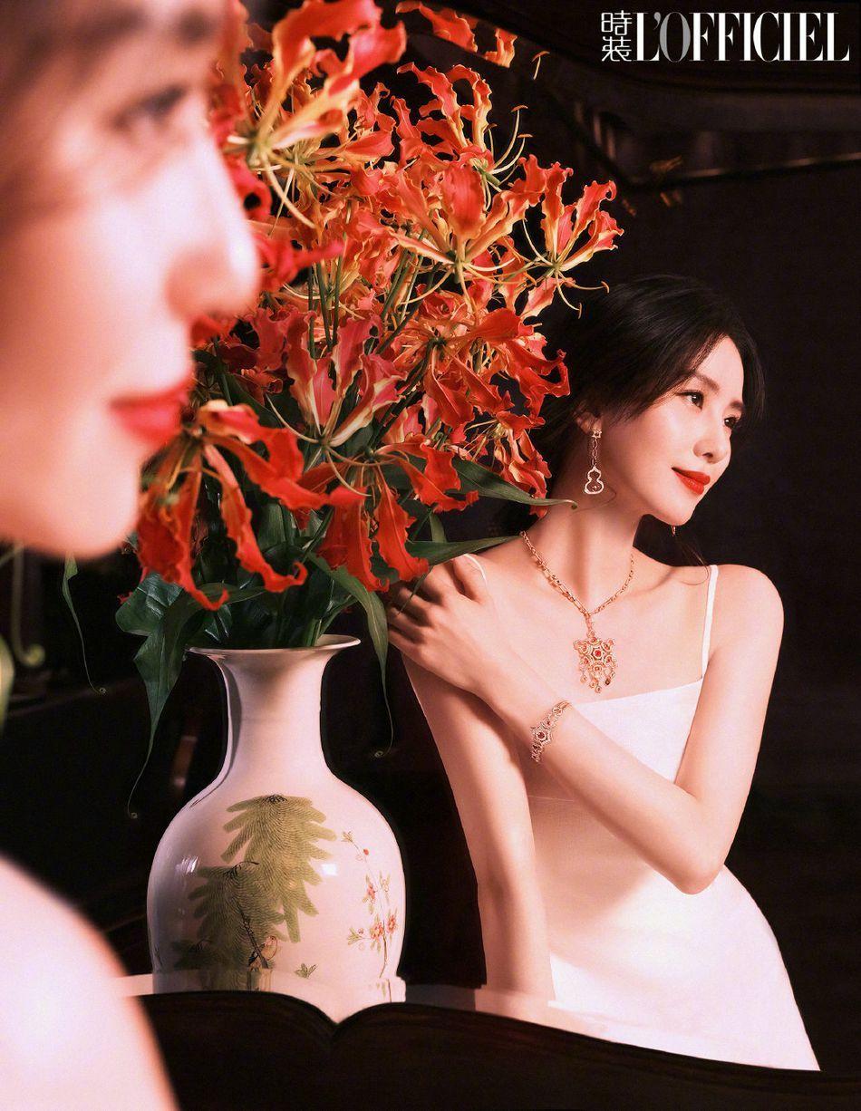 刘诗诗清新养眼春日穿搭徜徉花海杂志写真大片