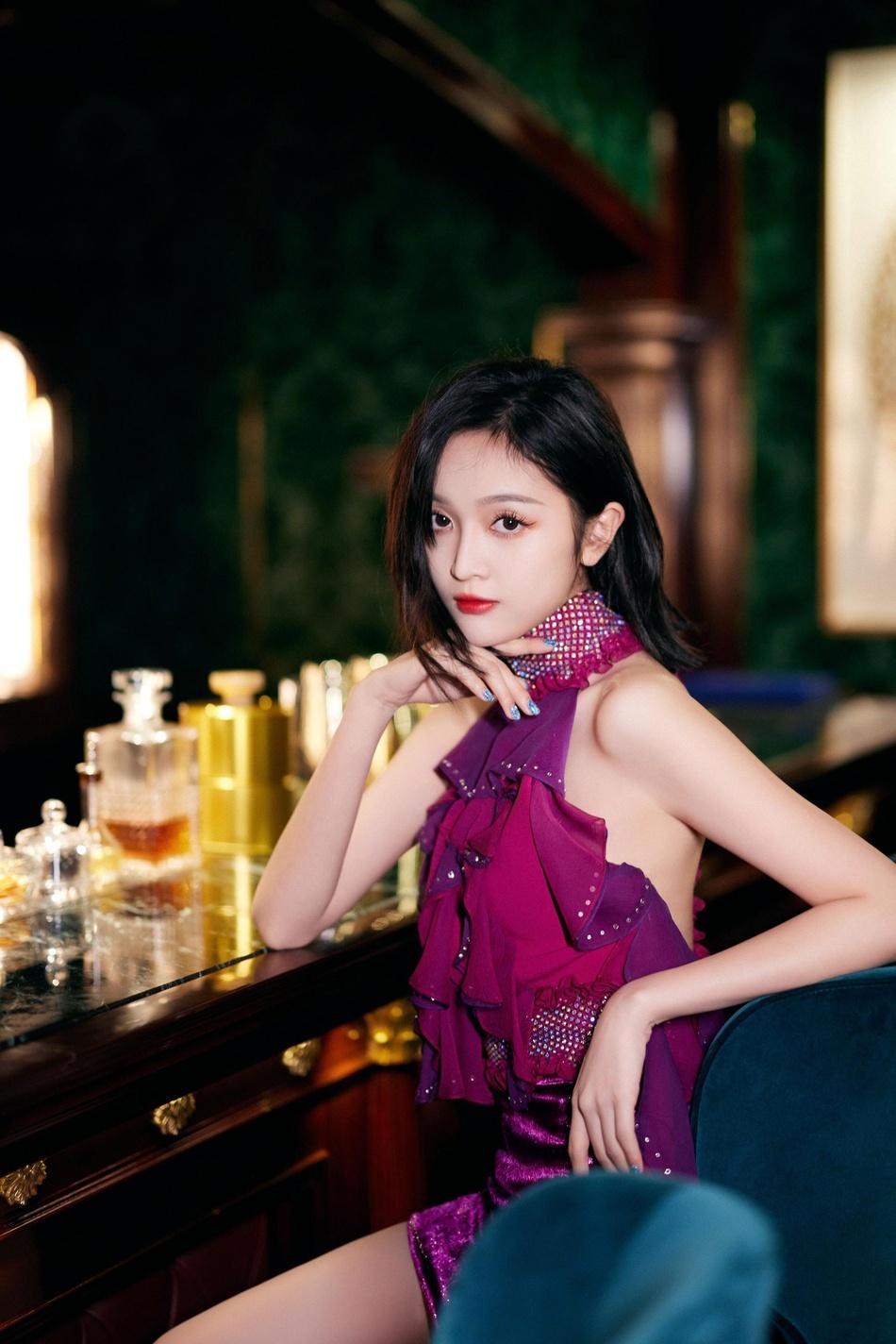 吴宣仪优雅气质裙装着身酒吧写真美照