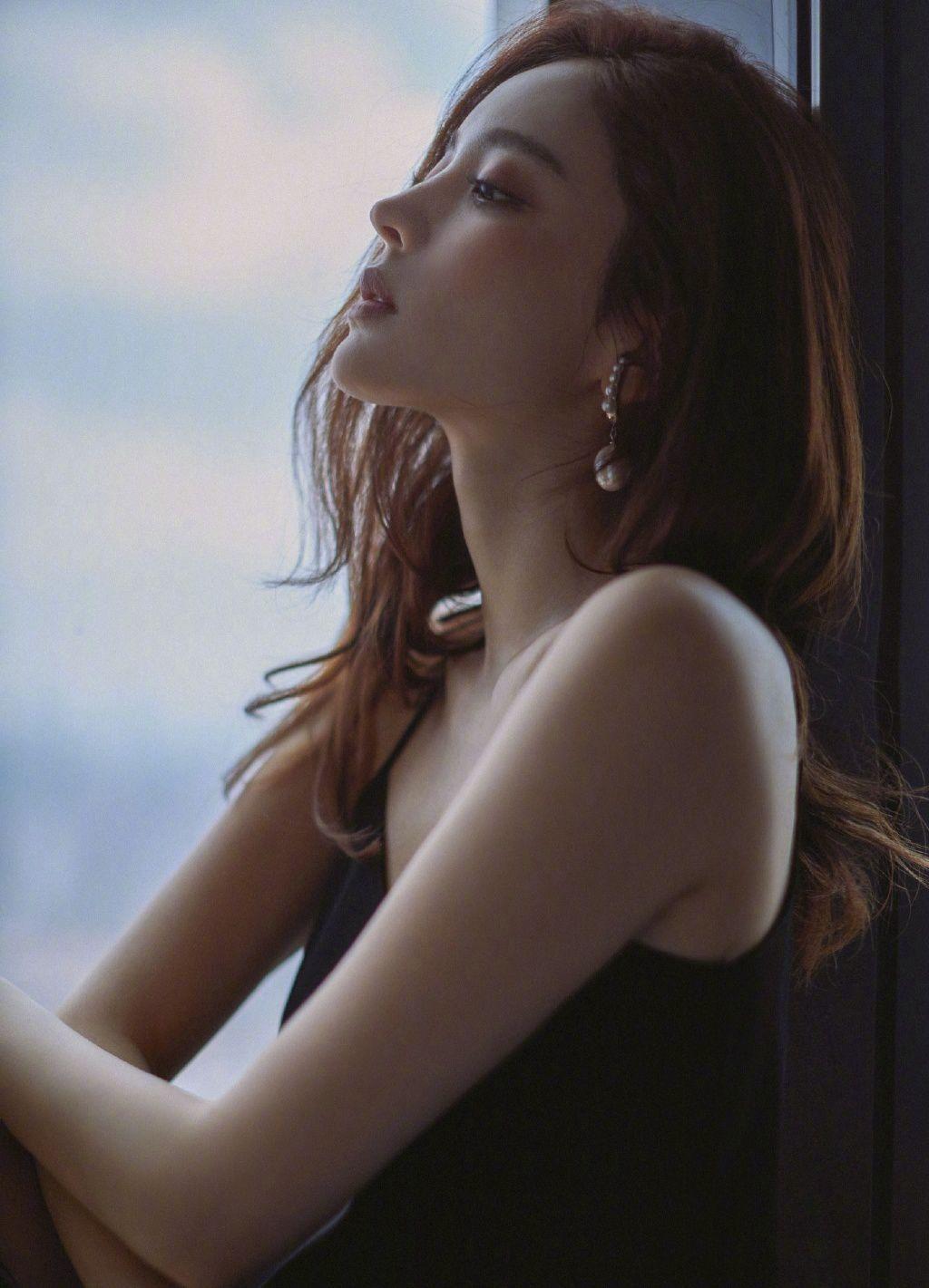 古力娜扎黑色吊带背心性感慵懒居家床上写真图片