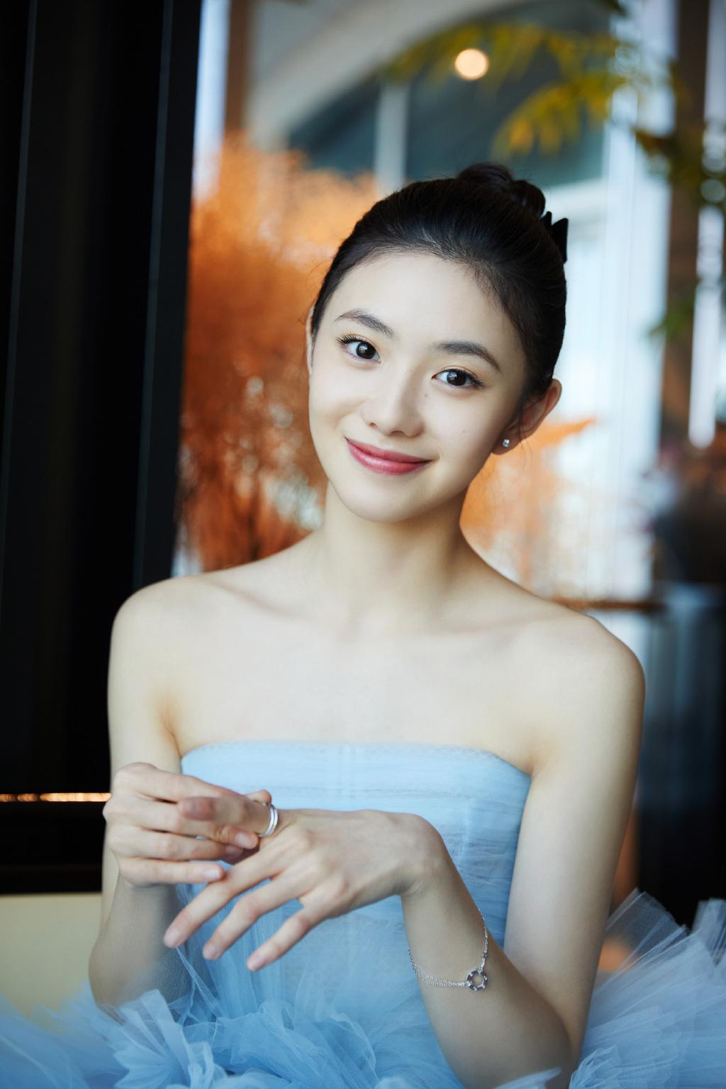 刘浩存蓝色梦幻抹胸公主裙礼服居家青涩可爱写真图片