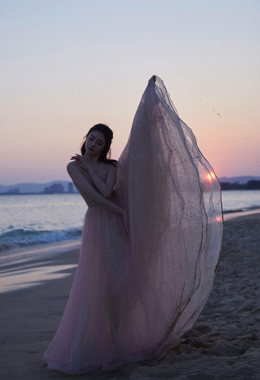刘浩存抹胸婚纱裙礼服着身海边沙滩,椰树林清新元气写真图片