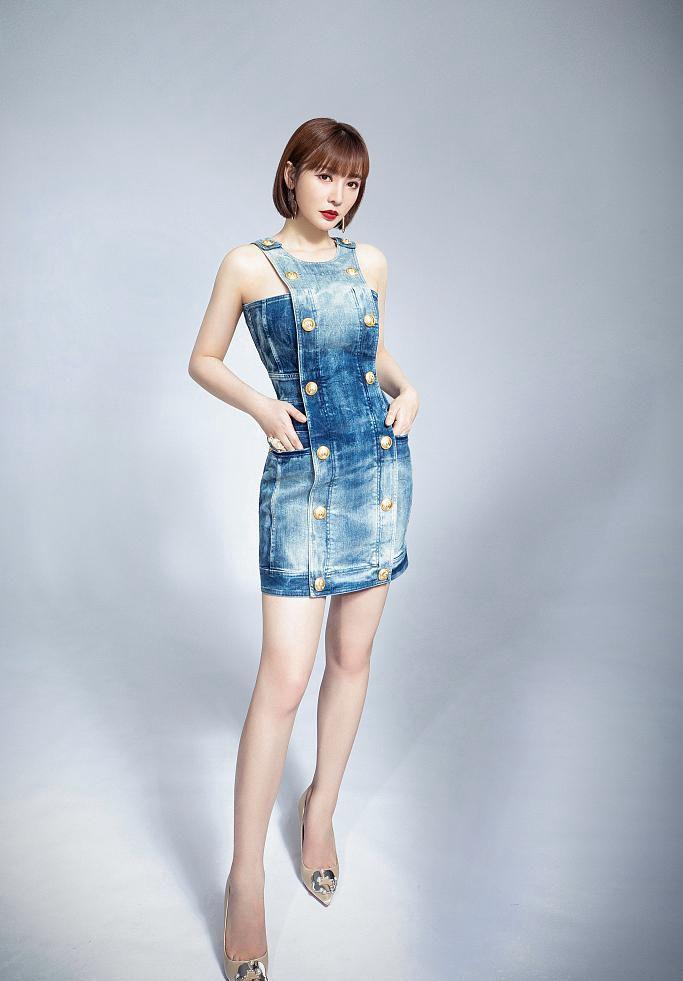 柳岩清爽短发造型搭配牛仔裙酷靓夏装写真美照