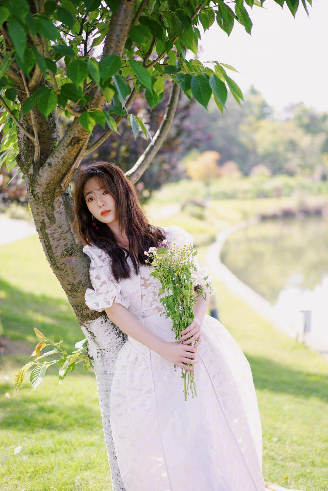 邢菲白色镂花长裙尽显慵懒小女人的优雅