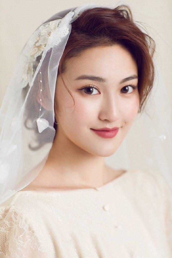 适合戴白纱的好看新娘发型设计