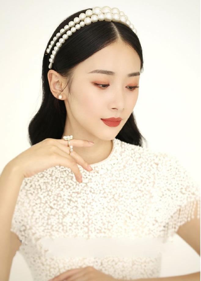 用珍珠做发饰的中长发新娘发型