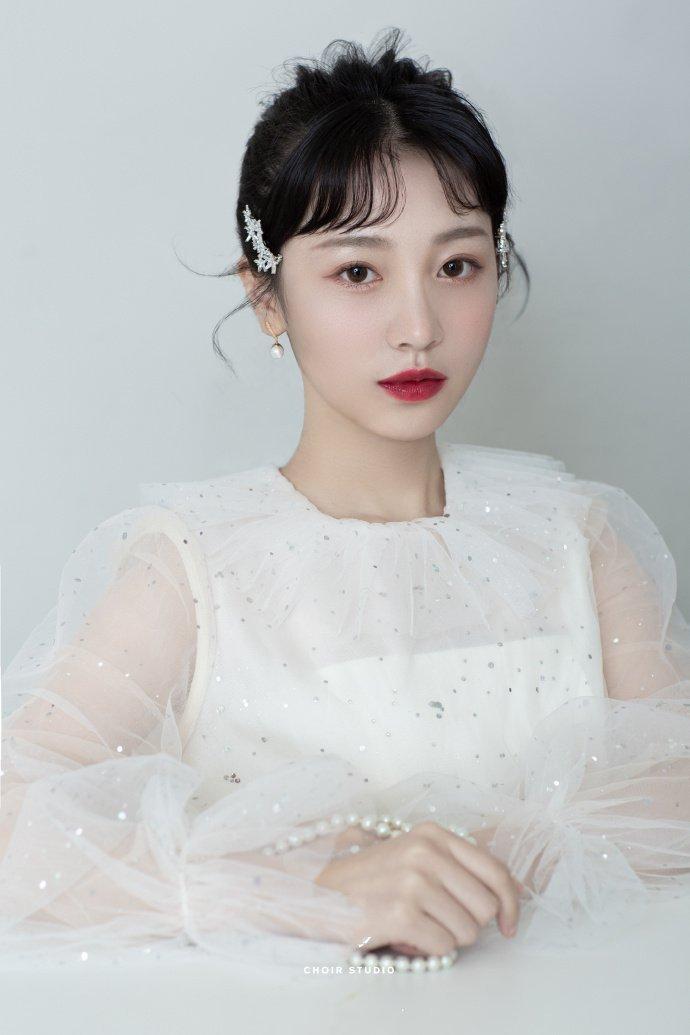 婚礼新娘发型齐刘海马尾辫图片
