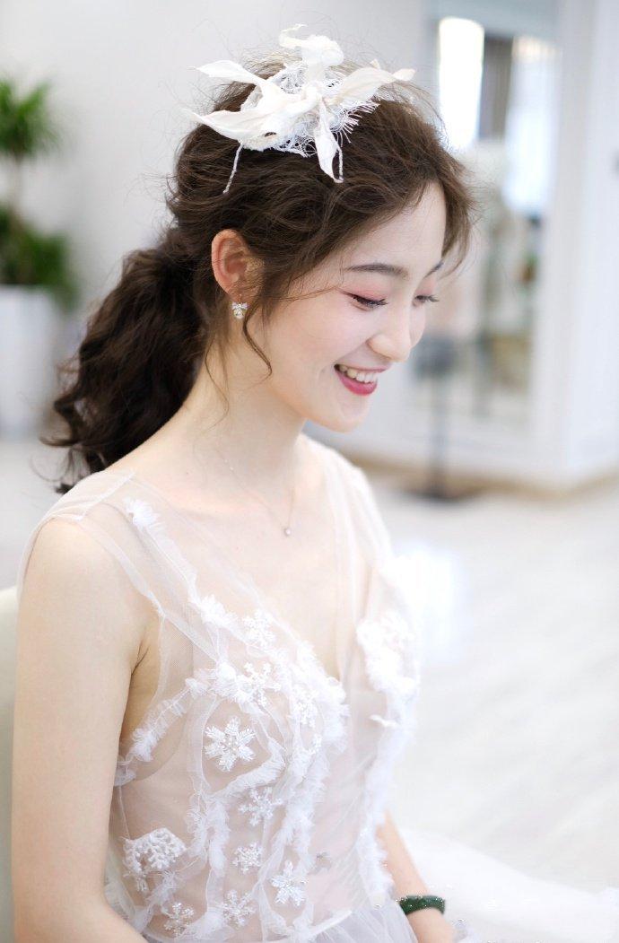 蓬松感十足的长发新娘发型图片