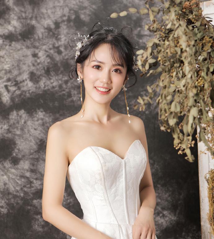 漂亮的新娘发型斜刘海盘发图片
