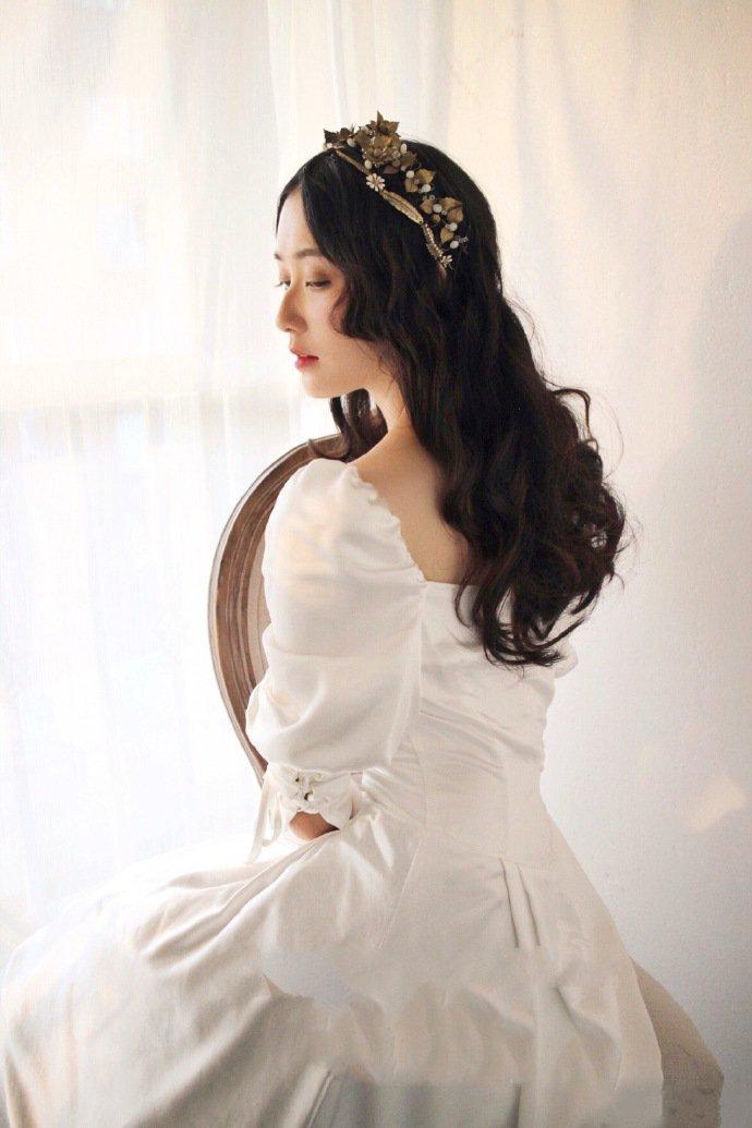 用珍珠做发饰的短头发新娘发型