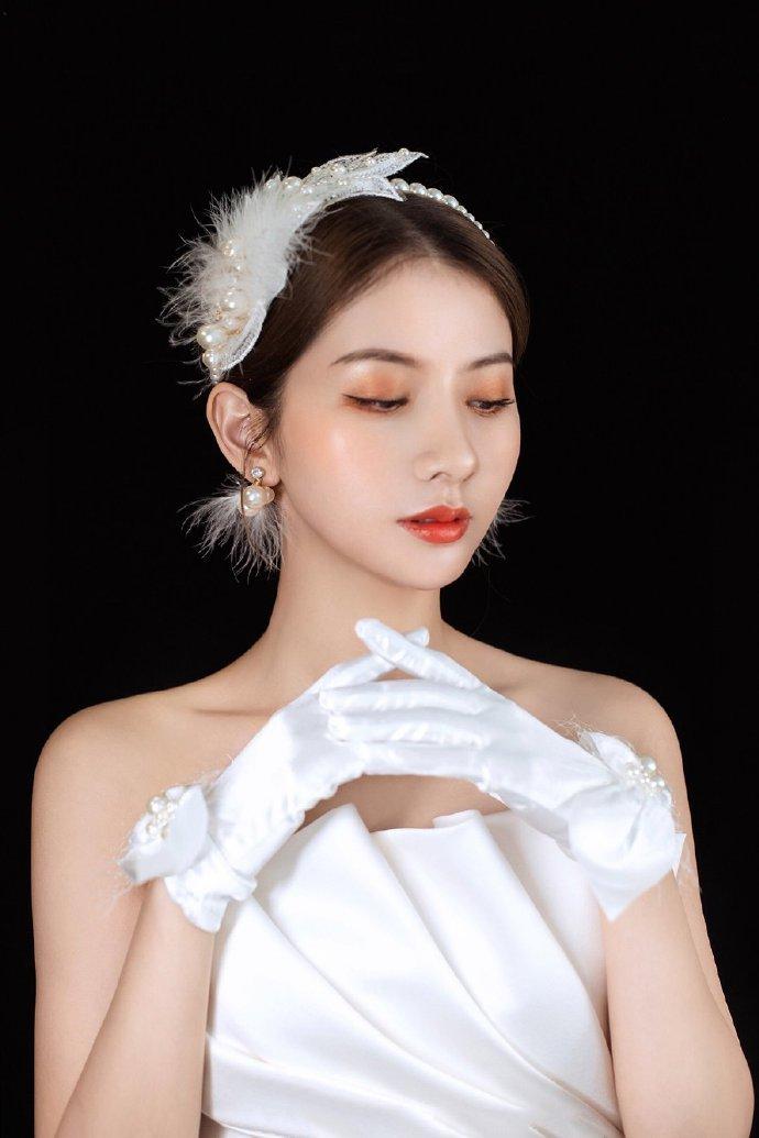 用羽毛和珍珠做头饰的新娘发型