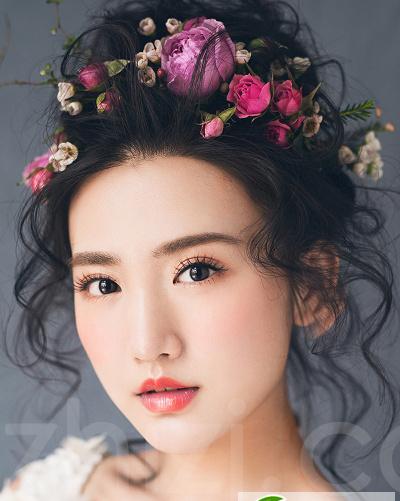 用鲜花点缀的韩式新娘盘头发型