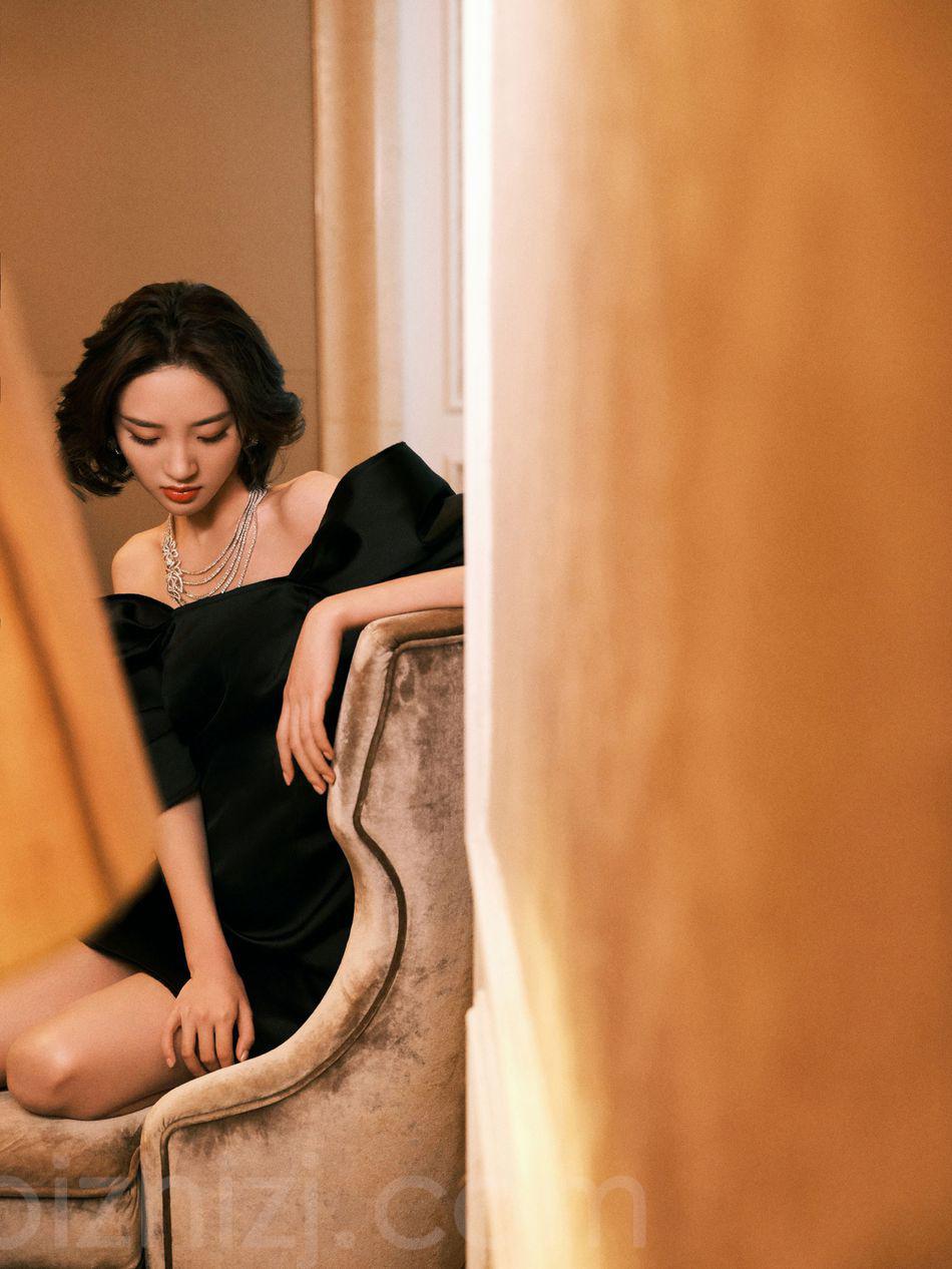 唐艺昕性感优雅露肩装抹胸黑裙穿搭户外写真美照