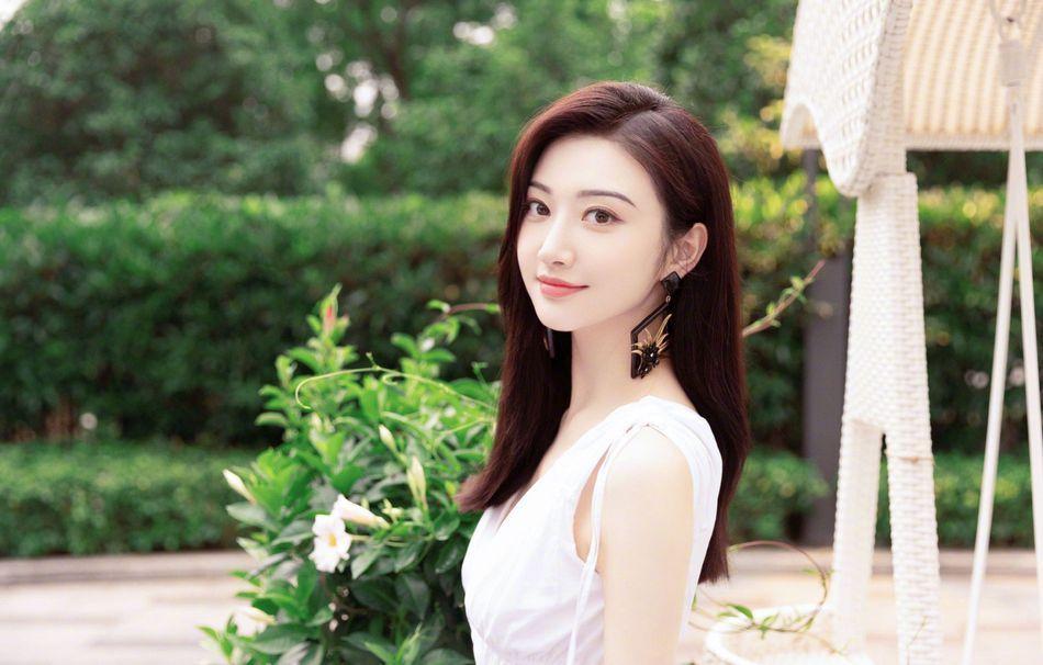 景甜清新白裙户外优雅甜美写真图片