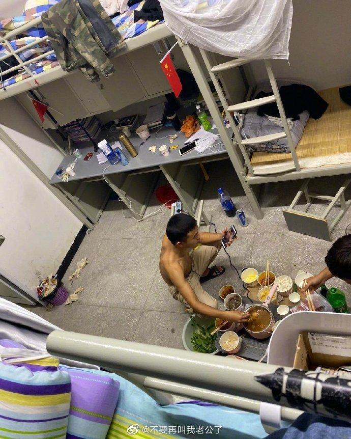 搞笑图片网友:室友在下面吃火锅...