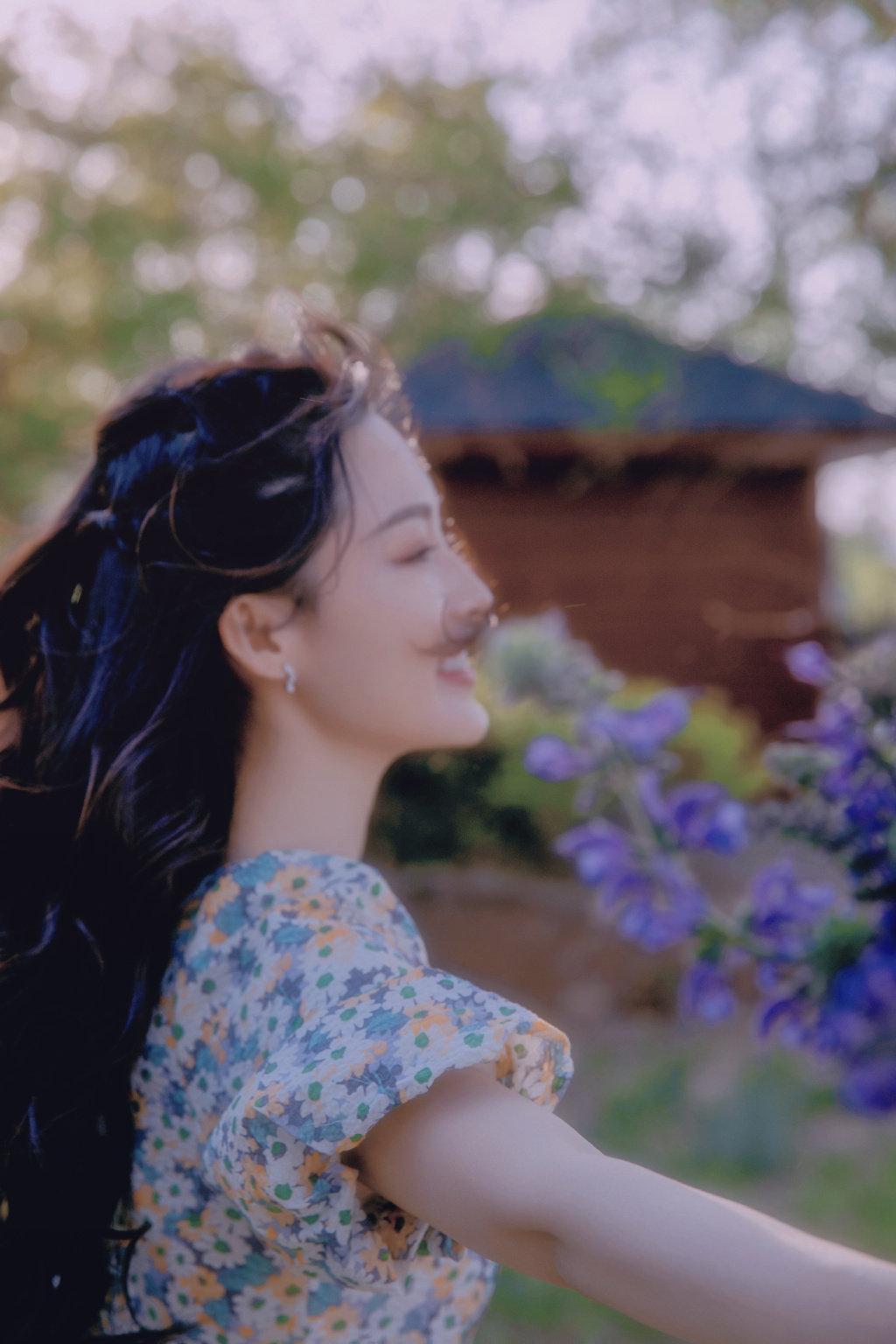李沁户外唯美写真照 身着紫色碎花裙,薰衣草弥漫着清香港夏日气息~ 