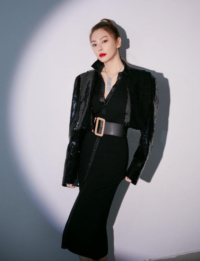 张雨绮束腰黑裙写真图片,御姐范十足。