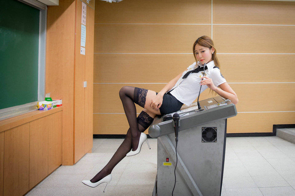 别人家的老师性感丝袜美腿诱惑 无法专心听课了
