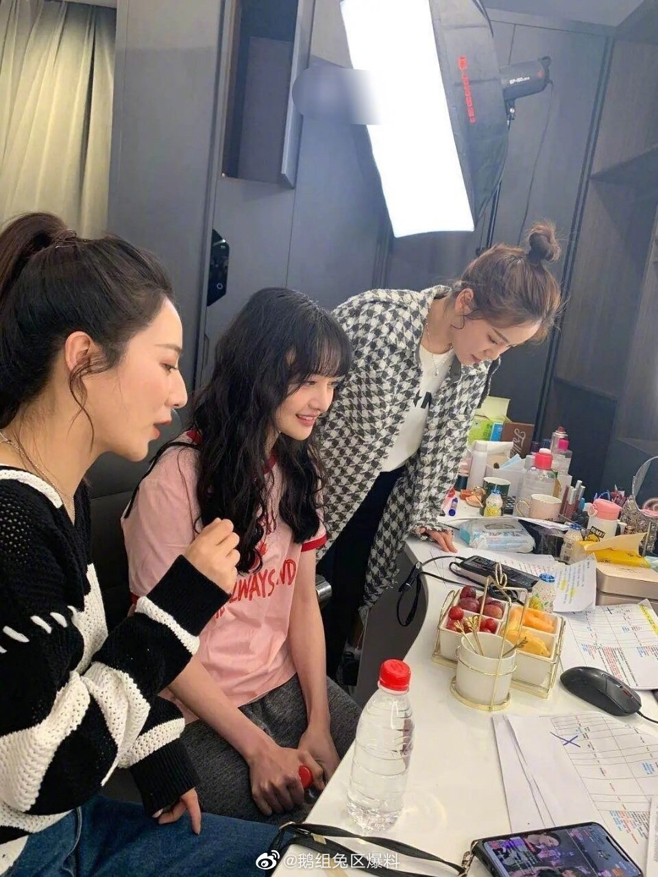 公主日记昨天薇娅直播后台原相机拍摄的郑爽...