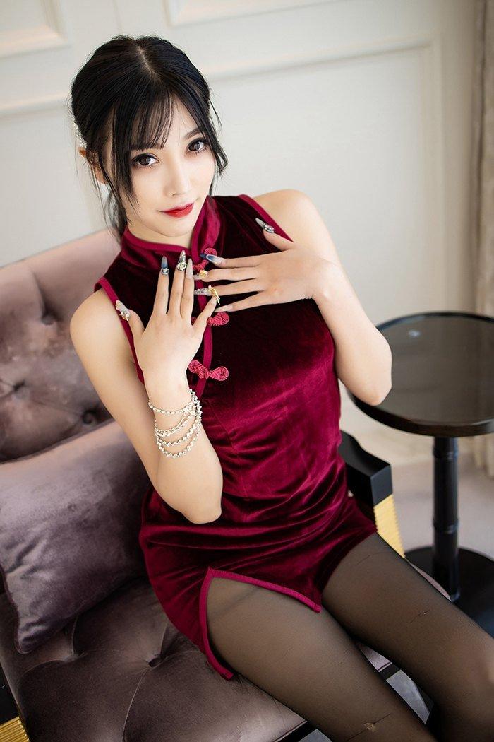 杨晨晨酒红色短旗袍大秀黑丝美腿 妹子