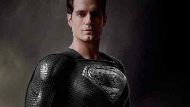 最新《正义联盟》宣传短片展示了穿着黑色西装的超人