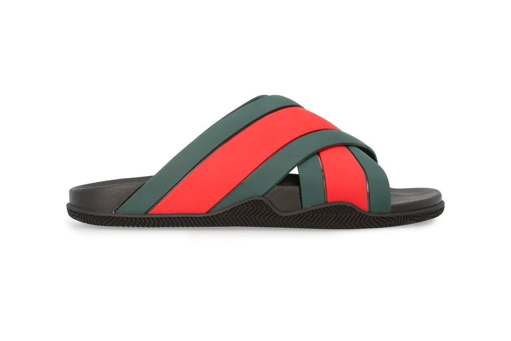 古驰(Gucci)新凉鞋上增添标志性的红色和绿色条纹