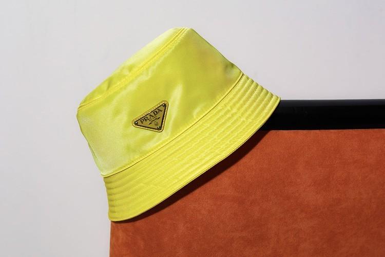 普拉达(Prada)推出中国情人节胶囊粉彩系列,包括水桶帽等