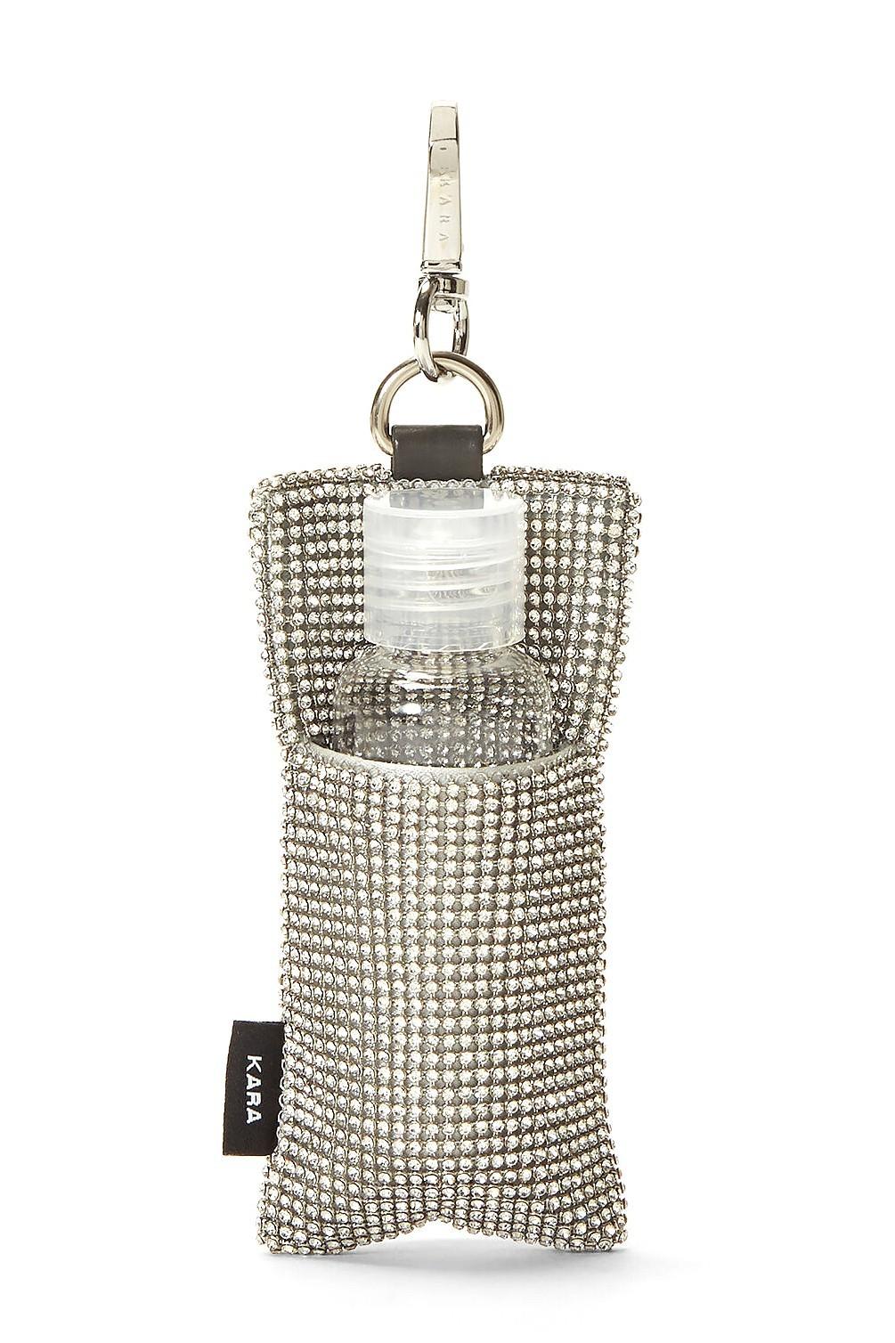 KARA的水晶覆盖锁链邮袋可让您携带时尚的洗手液