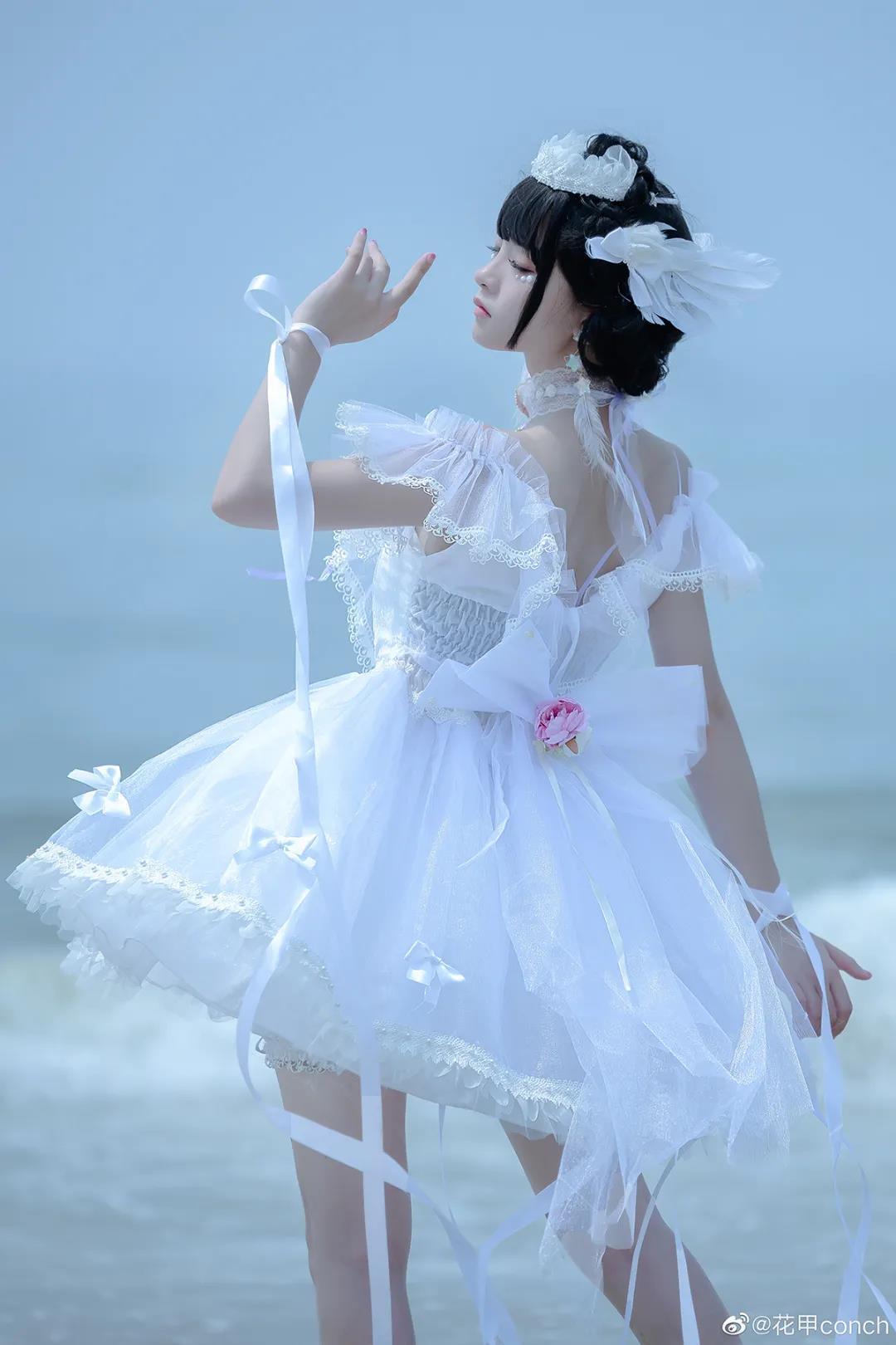 花甲conch白色洛丽塔写真,海边起舞的美少女