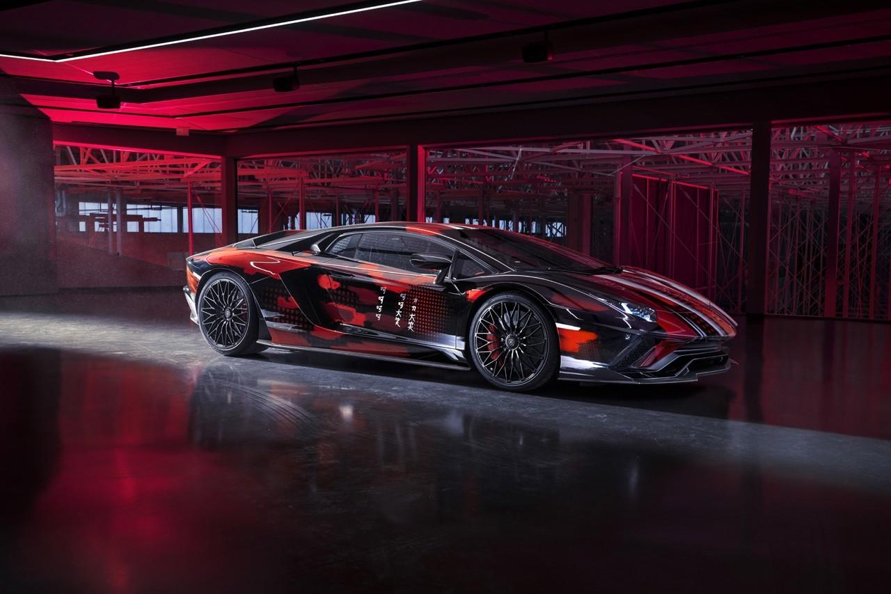山本耀司为兰博基尼Aventador S设计了彩色条纹和斜纹文字