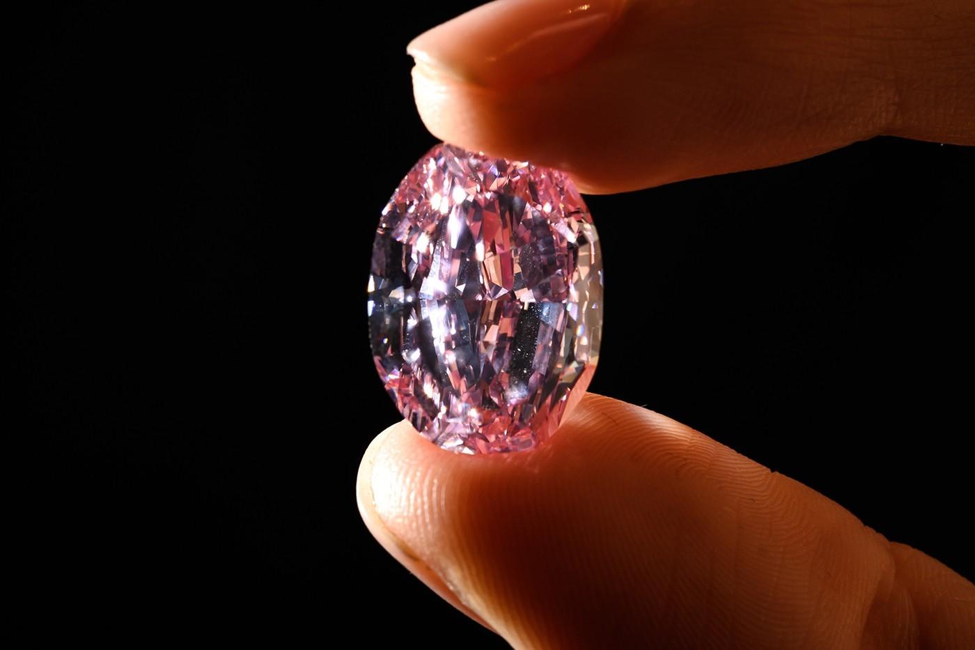世界上最大的紫粉色钻石拍卖价为2660万美元