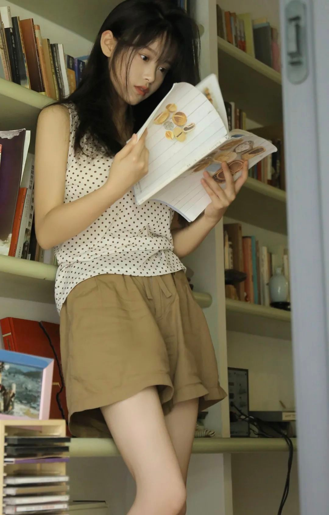 妹子摄影 – 波点t恤少女与镜中人比美_图片 No.2