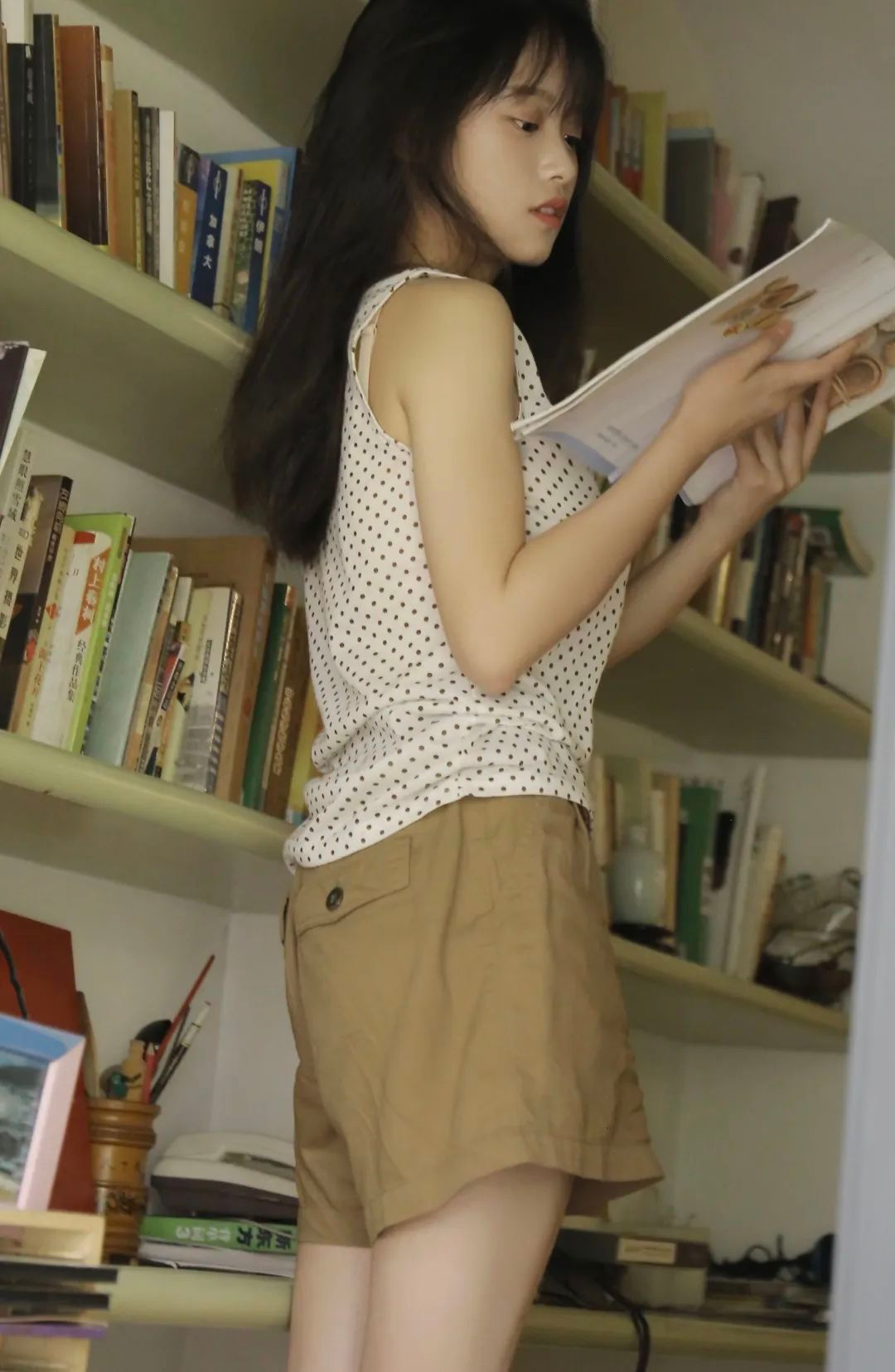 妹子摄影 – 波点t恤少女与镜中人比美_图片 No.4