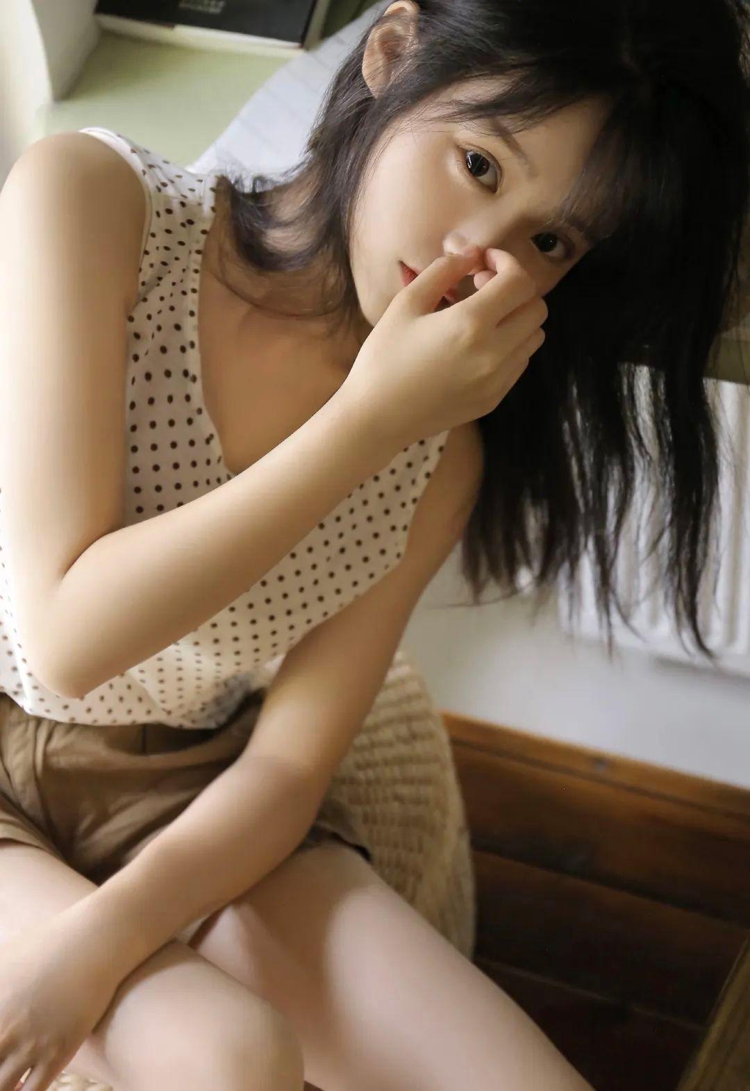 妹子摄影 – 波点t恤少女与镜中人比美_图片 No.5