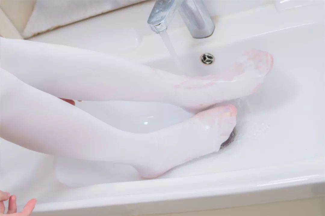 妹子摄影 – 湿透的白丝袜美腿_图片 No.1
