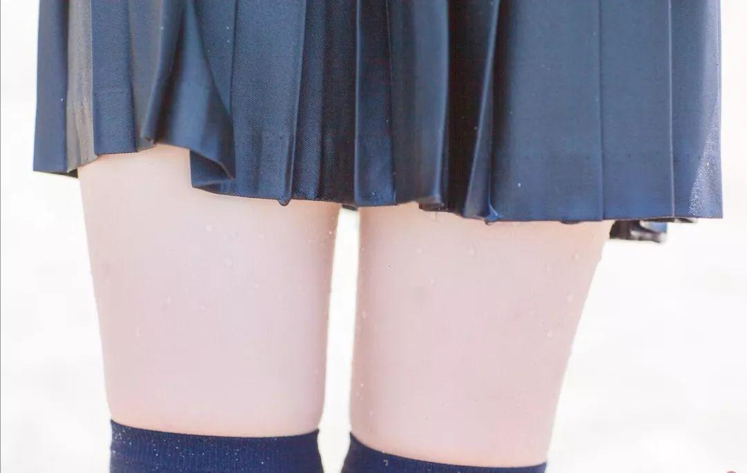 妹子摄影 – 长筒袜与短裙之间白皙的绝对领域_图片 No.2