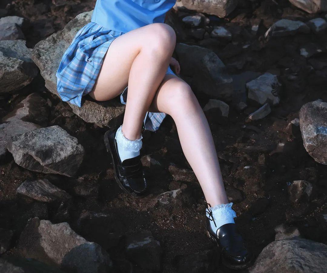 妹子摄影 – JK制服美腿少女坐在海边_图片 No.1
