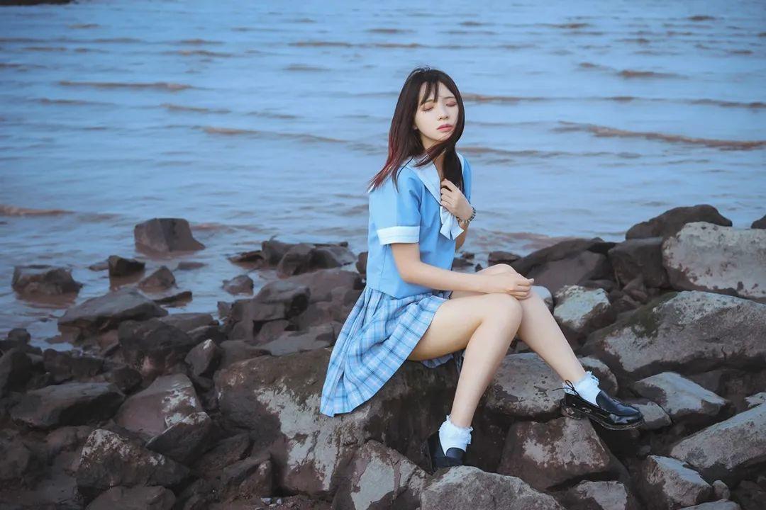 妹子摄影 – JK制服美腿少女坐在海边_图片 No.3