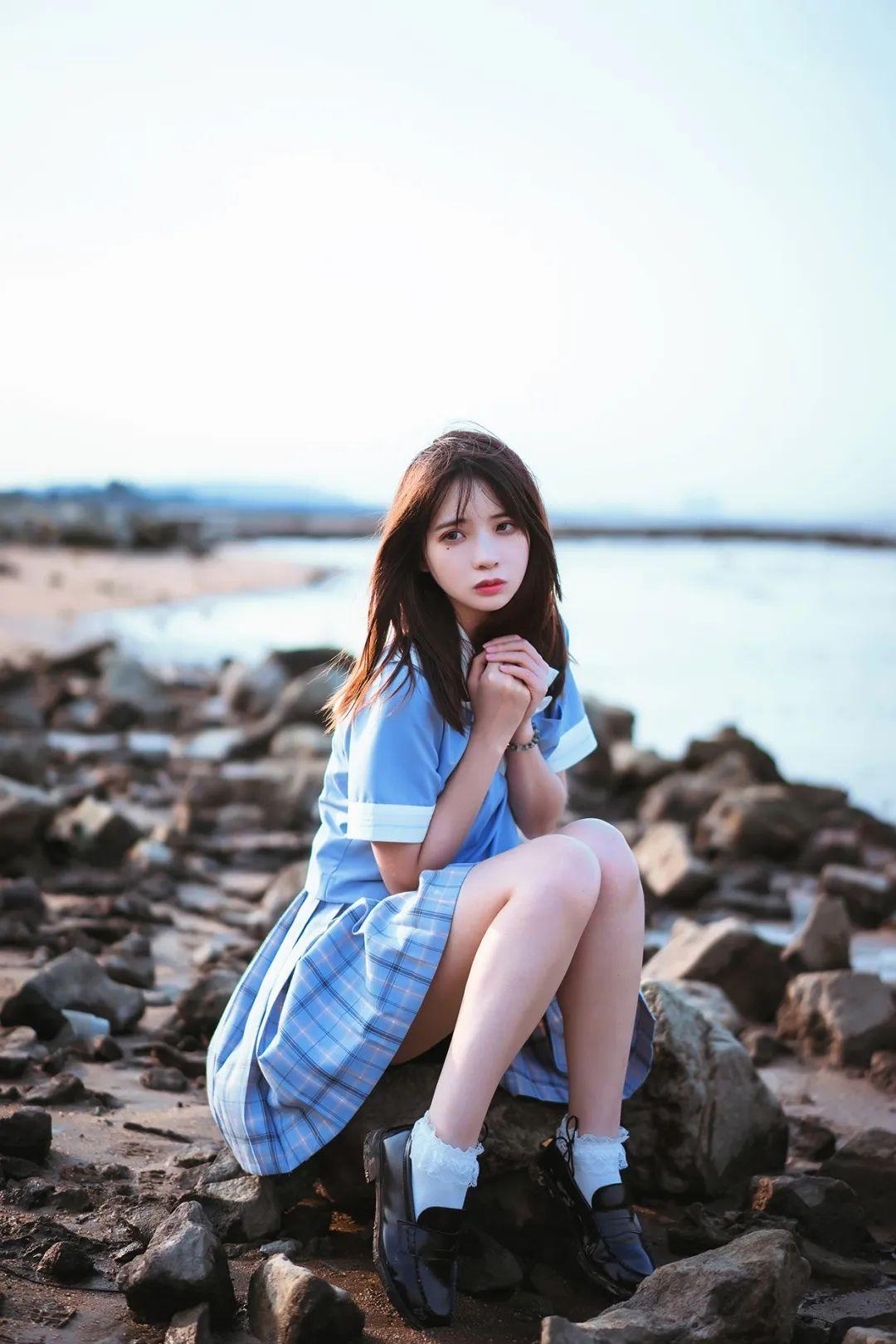 妹子摄影 – JK制服美腿少女坐在海边_图片 No.4