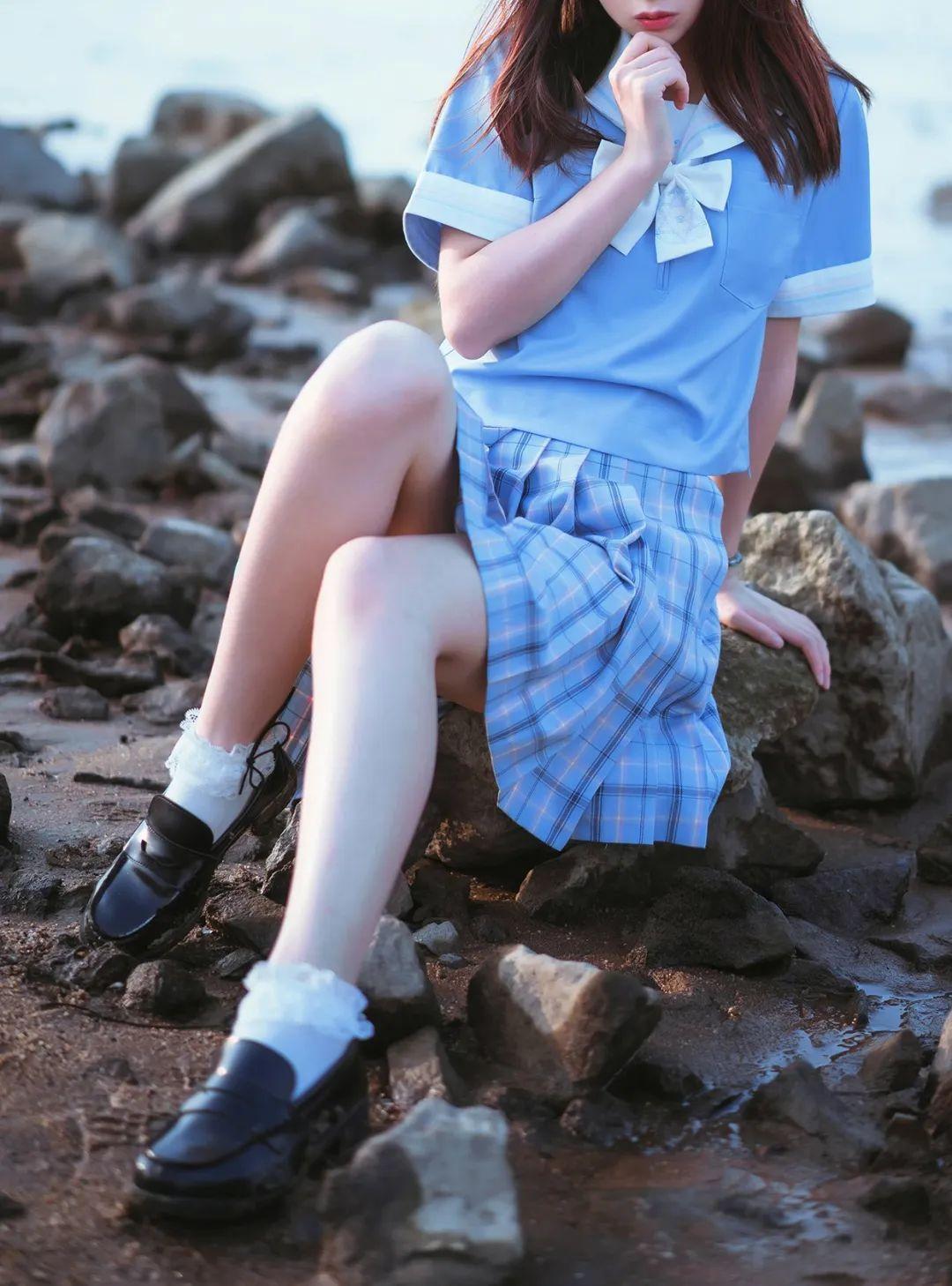 妹子摄影 – JK制服美腿少女坐在海边_图片 No.5