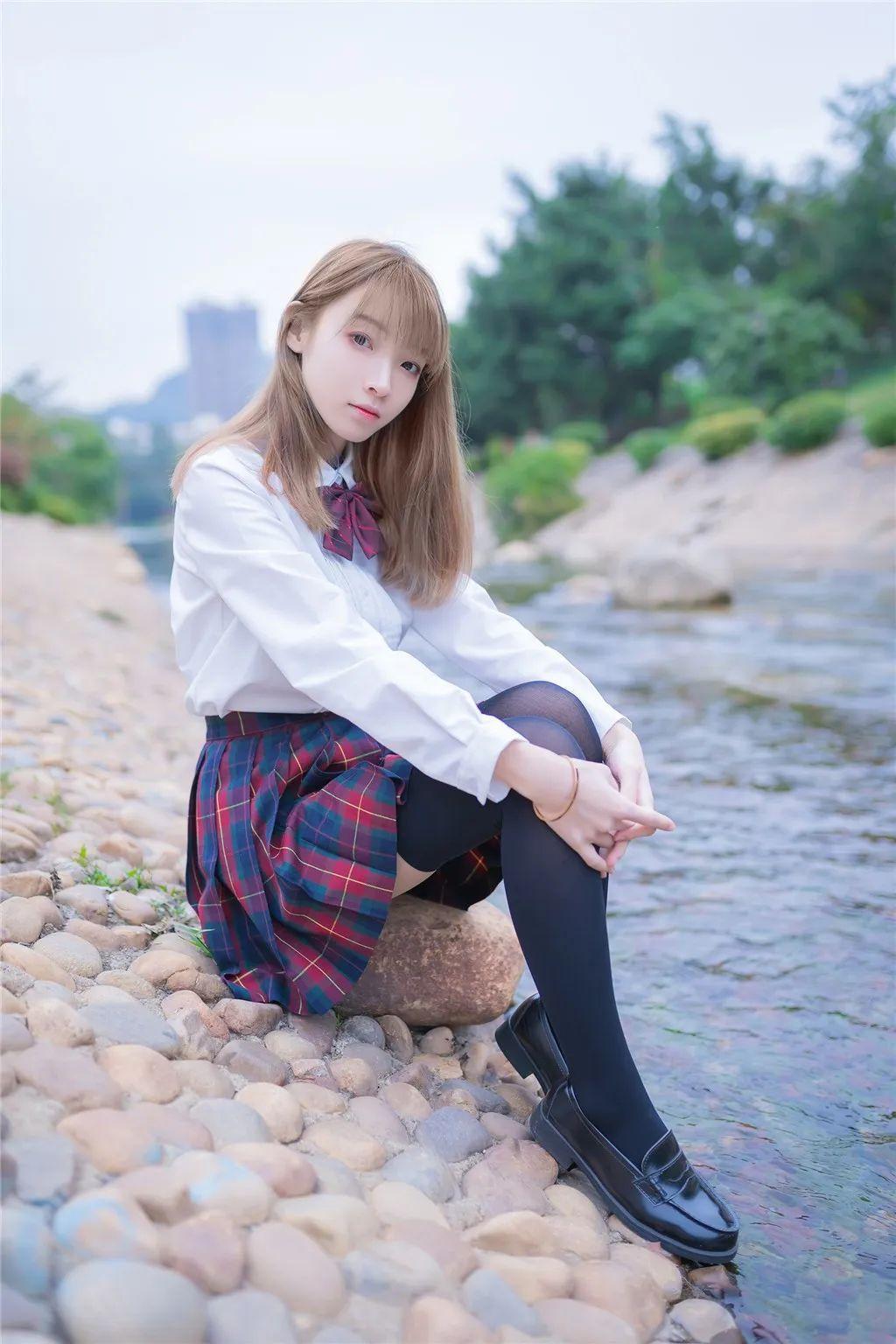 妹子摄影 – 白衬衣JK制服黑色过膝袜少女_图片 No.4