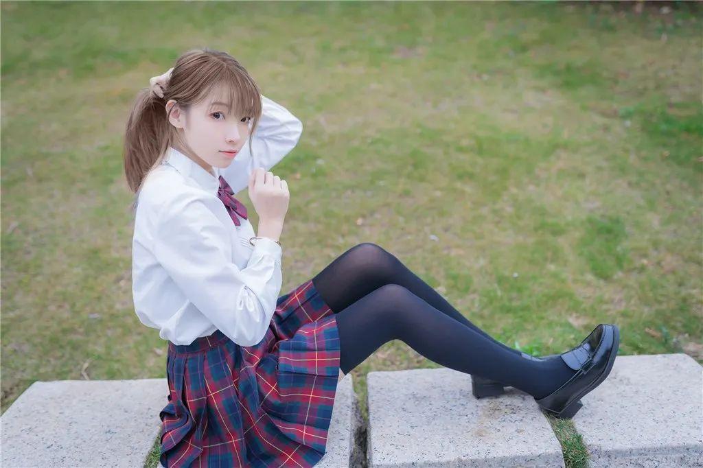 妹子摄影 – 白衬衣JK制服黑色过膝袜少女_图片 No.5