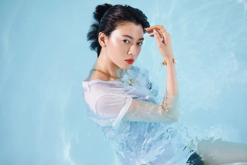 #三吉彩花#「VOGUE JAPAN」杂志写真,性感红唇_图片 No.8