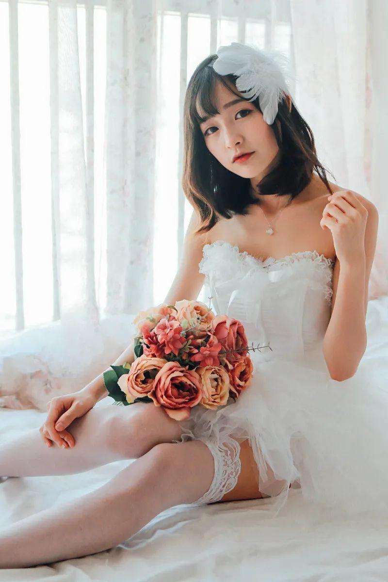 妹子摄影 – 手捧鲜花的婚纱少女白丝写真_图片 No.1