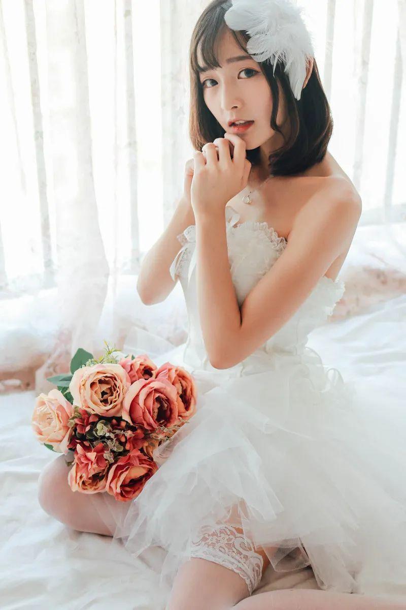 妹子摄影 – 手捧鲜花的婚纱少女白丝写真_图片 No.3