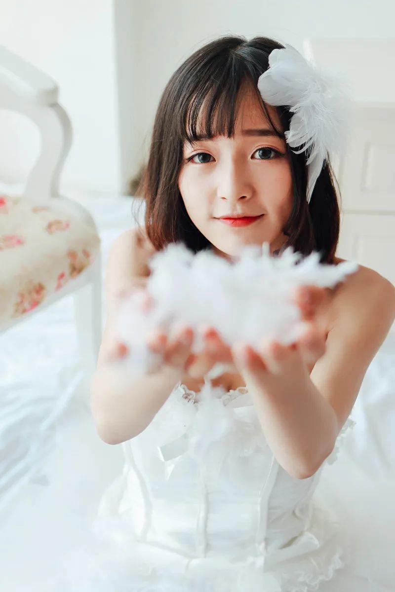 妹子摄影 – 手捧鲜花的婚纱少女白丝写真_图片 No.5