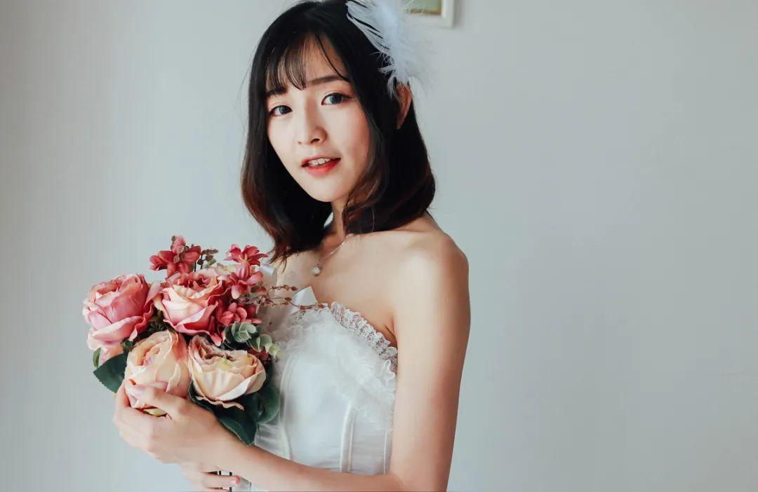 妹子摄影 – 手捧鲜花的婚纱少女白丝写真_图片 No.7