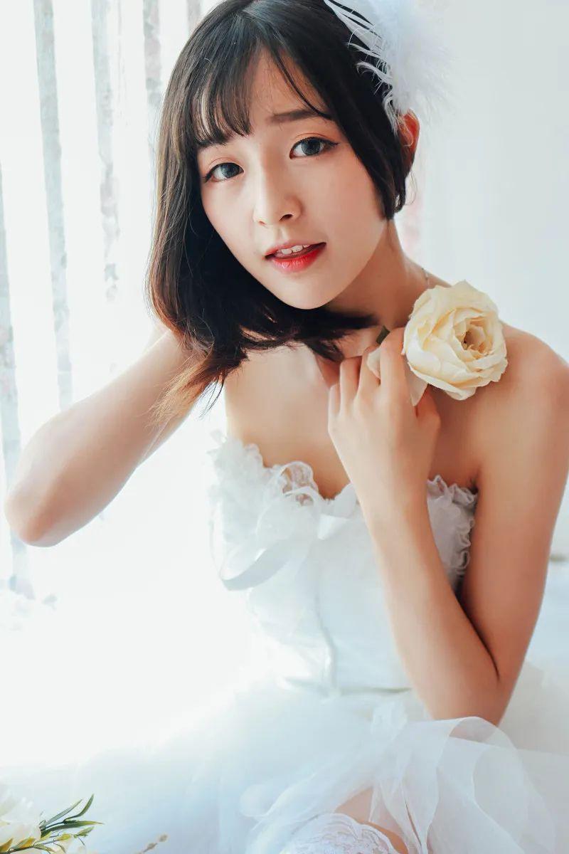 妹子摄影 – 手捧鲜花的婚纱少女白丝写真_图片 No.8