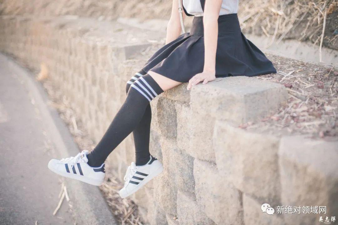 妹子摄影 – 手捧鲜花的婚纱少女白丝写真_图片 No.9